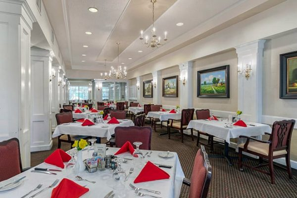 The Watermark at Broadway Cityview community dining room