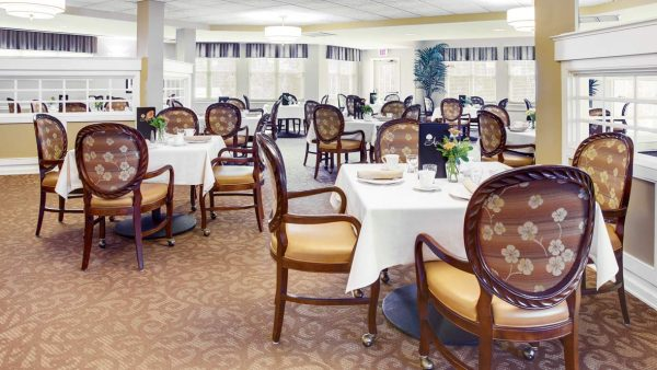 Atria Greenridge Place community dining room