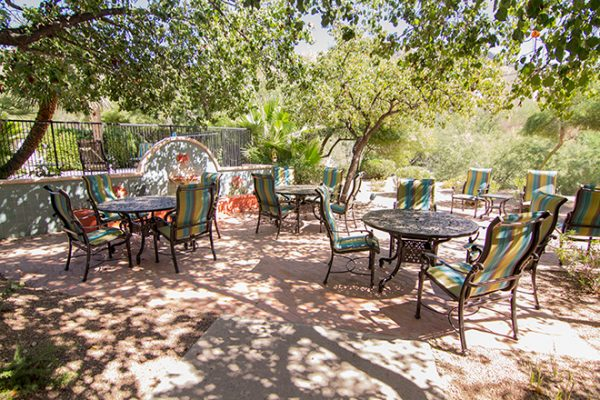Brookdale Santa Catalina outdoor courtyard and dining tables