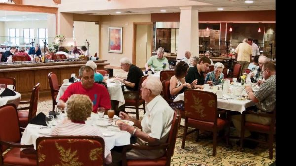 Residents dining at Provident Crossings Retirement