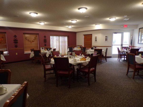 River Oaks of Anoka resident dining room